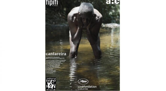 #Pracegover Na foto, homem em um riacho, agachado jogando água no rosto