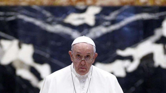 #Pracegover Na foto, Papa aparece com um semblante sério