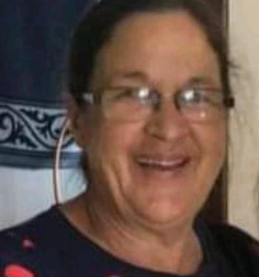 #Pracegover Foto: na imagem há uma mulher sorrindo e de óculos