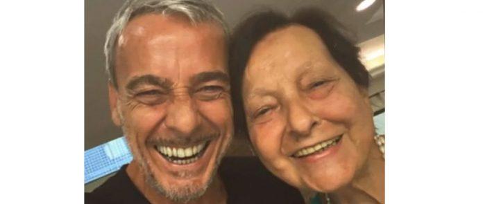 #Pracegover Na foto, Alexandre ao lado da mãe, os dois estão sorrindo