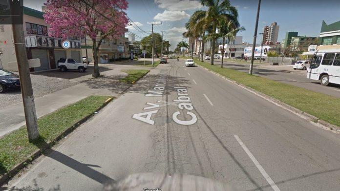 #Pracegover Na foto, carros passando em uma avenida