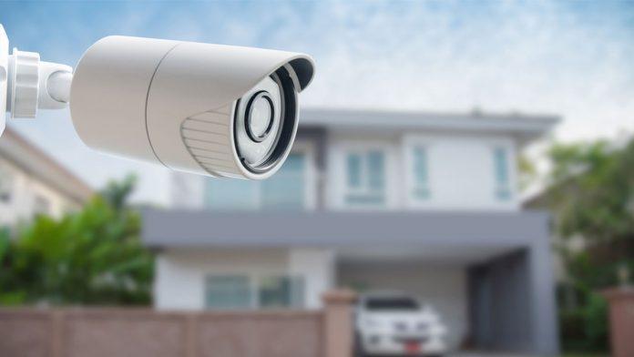 #Pracegover Foto: na imagem há uma câmera de segurança, uma casa e um carro