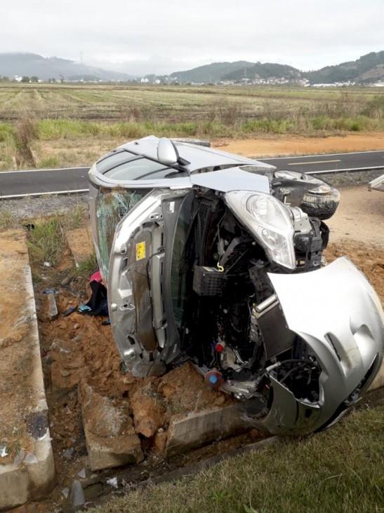 #Pracegover Foto: na imagem há um carro capotado e uma via