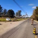 #Pracegover Foto: na imagem há pessoas, cones, veículos, poste, fios e árvores