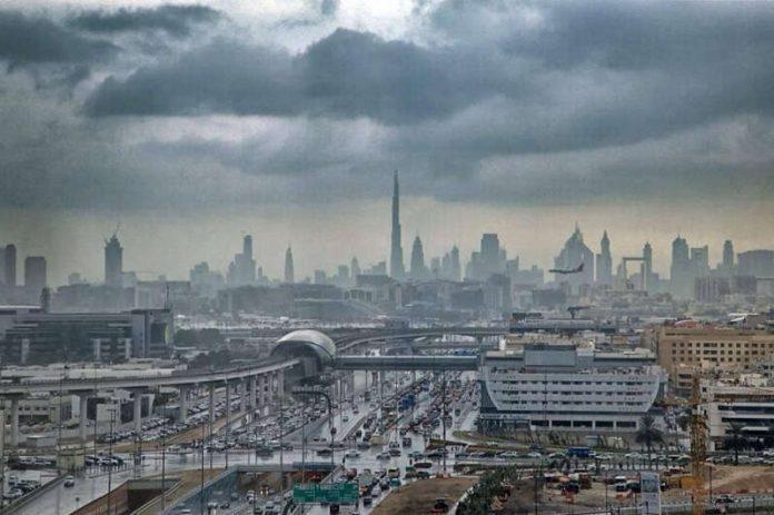#Pracegover Na foto, Dubai sob chuva criada por tempestade artificial
