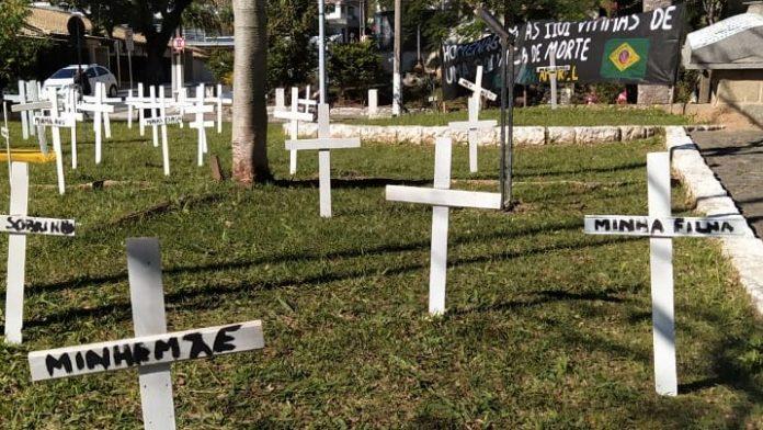 #Pracegover Na foto, cruzes brancas colocadas em um gramado