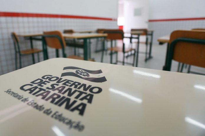 #Pracegover Foto: na imagem há uma sala de aula com mesas e cadeiras