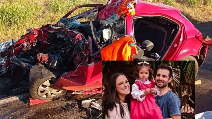 #Pracegover Na foto, carro destruído, e o detalhe da foto da família