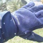 #Pracegover Na foto, pessoa usando uma luva e aparando flocos de neve