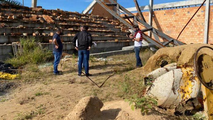#Pracegover Na foto, pessoas em um construção