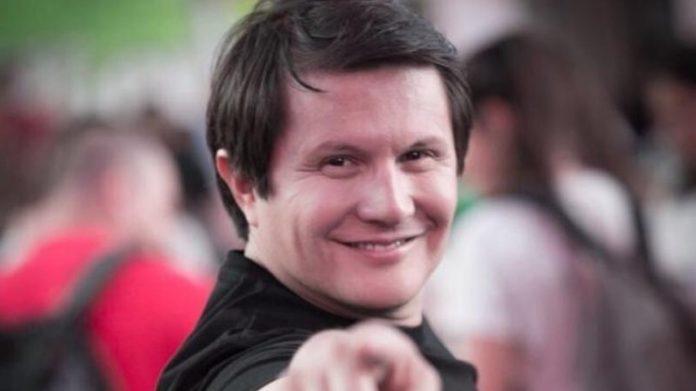 #Pracegover Foto: na imagem há um homem de camisa preta