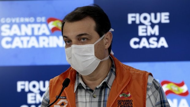 #Pracegover Na foto, Governador está usando máscara durante um discurso