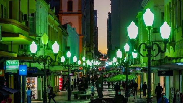 #Pracegover Na foto, pessoas caminhando no Calçadão de Florianópolis