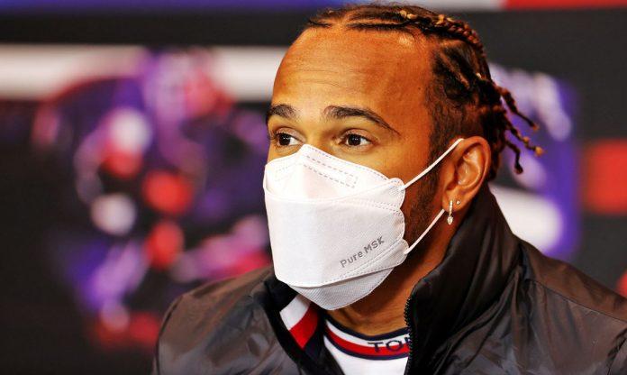 #Pracegover Foto: na imagem há um homem de máscara