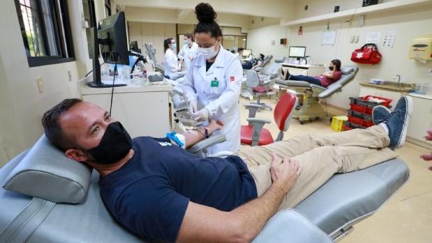 #Pracegover Na foto, homem deitado em uma poltrona durante doação de sangue