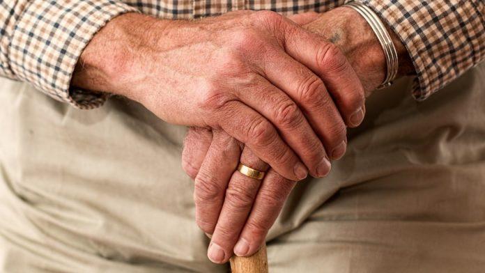 #Pracegover Na foto, idoso segurando uma bengala