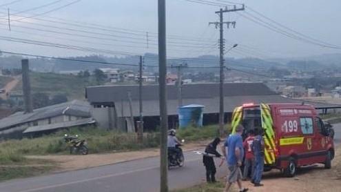 #Pracegover Na foto, ambulância durante atendimento da vítima