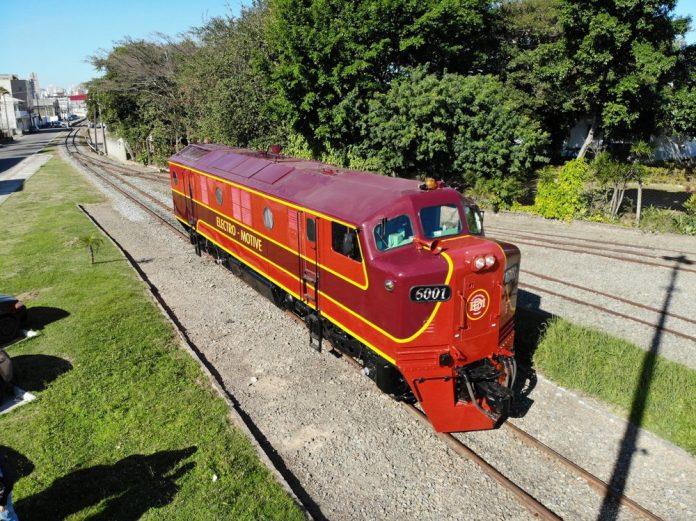#Pracegover Na foto há uma locomotiva vermelha