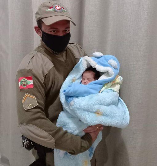 #Pracegover Foto: na imagem há um homem e um bebê