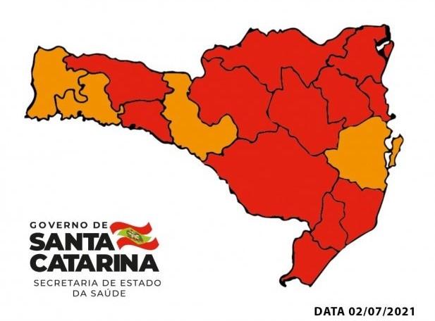 #Pracegover Na foto, mapa de Santa Catarina aparece demarcado em vermelho e laranja