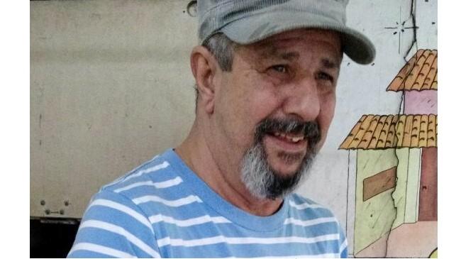 #Pracegover Na foto, Solon aparece usando boné cinza, está de barba e com um leve sorriso