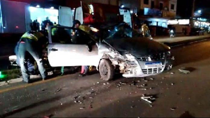 #Pracegover Na foto, motorista sendo socorrido pelos Bombeiros