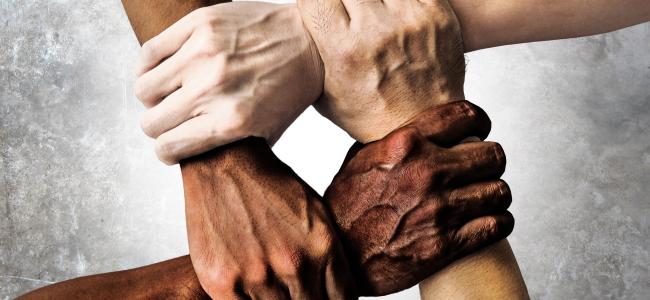 #Pracegover Na foto, Pessoas com mãos dadas