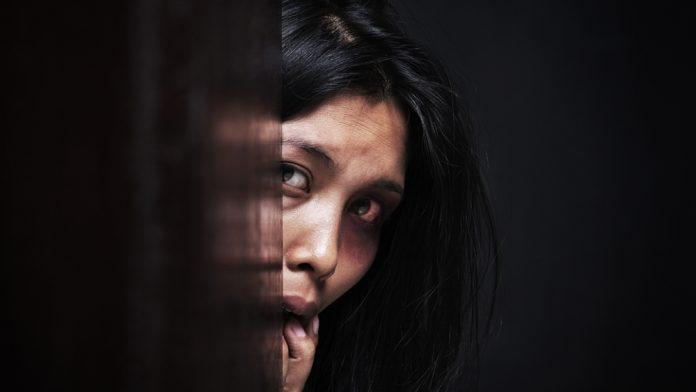 #Pracegover Na foto, mulher agredida se escondendo