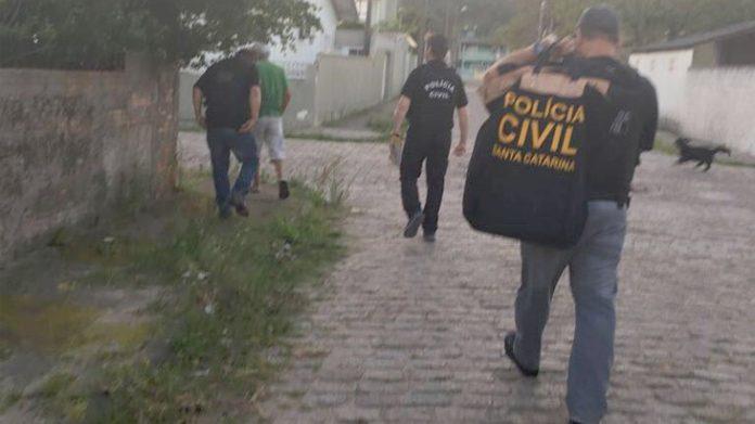 #Pracegover Na foto, policiais caminhando em uma rua