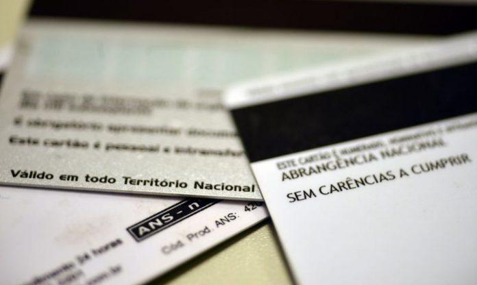 #Pracegover Na foto, contrato do plano de saúde