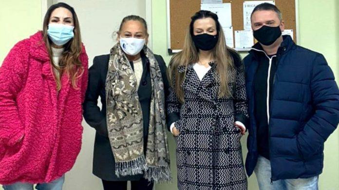 #Pracegover três mulheres e um homem posando para a foto, todos usam máscara