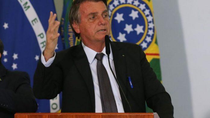 #Pracegover Na foto, Bolsonaro aparece durante um discurso