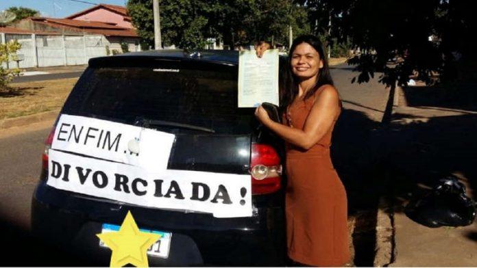 #Pracegover Na foto, mulher segurando um cartaz