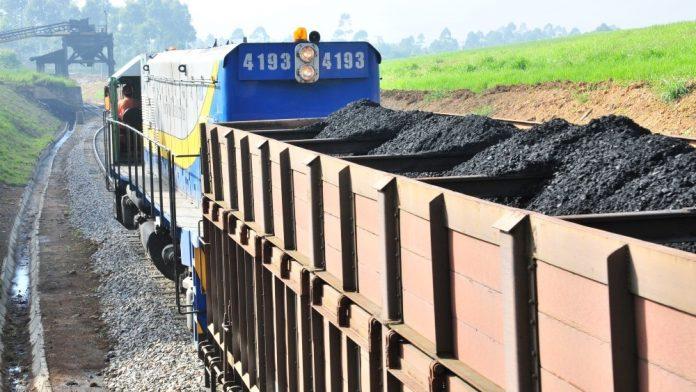 #Pracegover Na foto, trem carregado com carvão