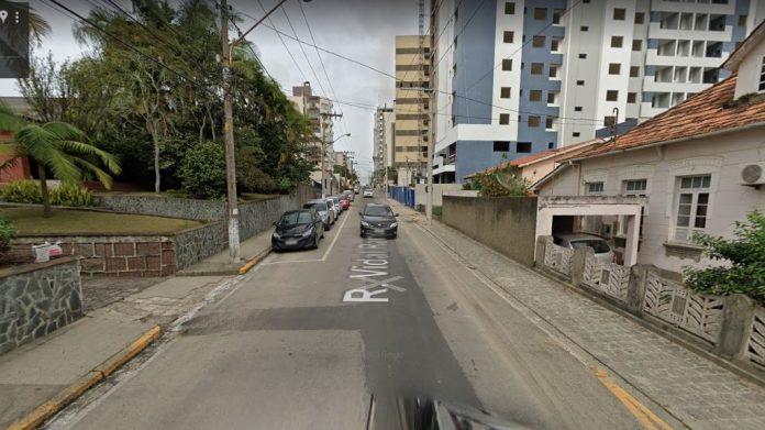 #Pracegover Na foto, carros em uma estrada no Centro de Tubarão