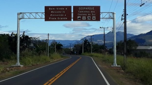 #Pracegover Na foto, placas de sinalização na entrada da cidade de Praia Grande
