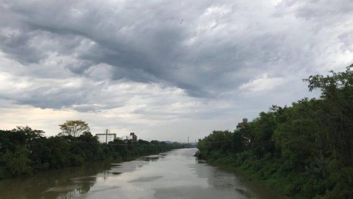 #Pracegover Na foto, rio com águas calmas e árvores nas margens