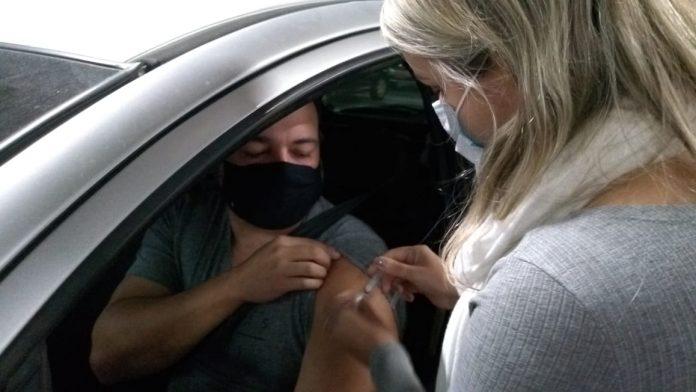 #Pracegover Na foto, pessoa sendo vacina no braço