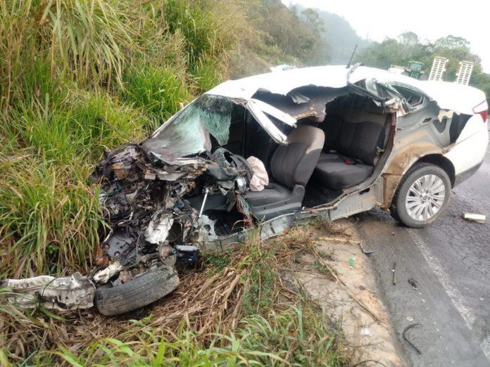 #Pracegover foto: na imagem há um veículo destruído e uma área verde