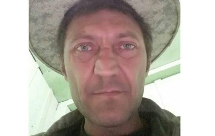 #Pracegover foto: na imagem há um homem de chapéu