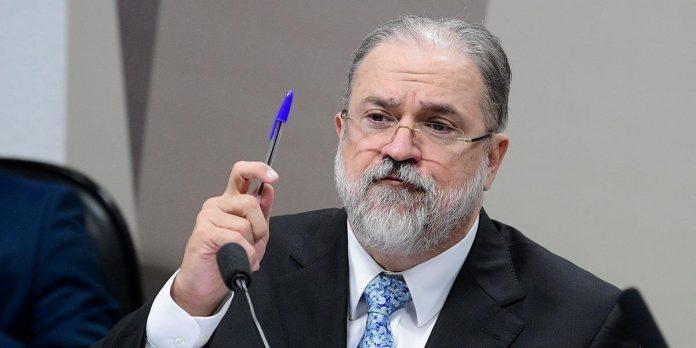 #Pracegover foto: na imagem há um home de terno, uma caneta e um microfone