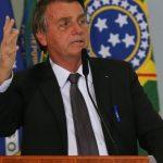 #Pracegover Na foto, Bolsonaro falando em um microfone