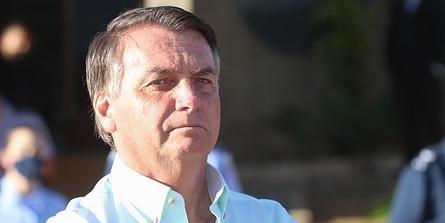 #Pracegover foto: na imagem há um homem com camisa clara