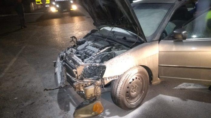 Carro pega fogo após colidir em poste, em Capivari de Baixo