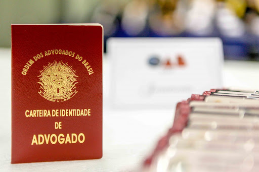 #Pracegover foto: na imagem há a carteira da OAB