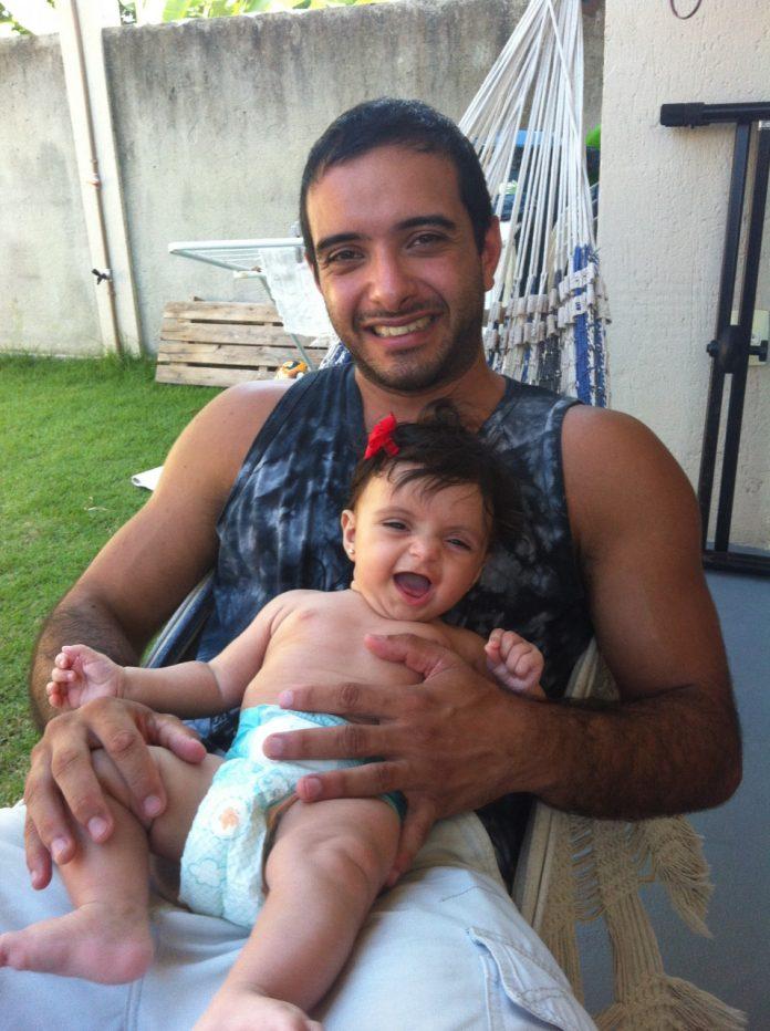 #Pracegover foto: na imagem há uma criança e um homem