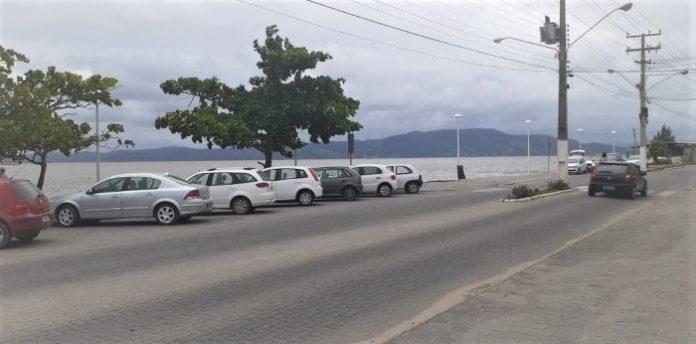 #Pracegover foto: na foto há carros, lagoa e rodovia