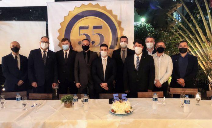 #Pracegover foto: na imagem há homens com máscara