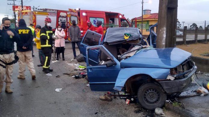 Homem fica em estado grave após bater carro contra poste em Imbituba