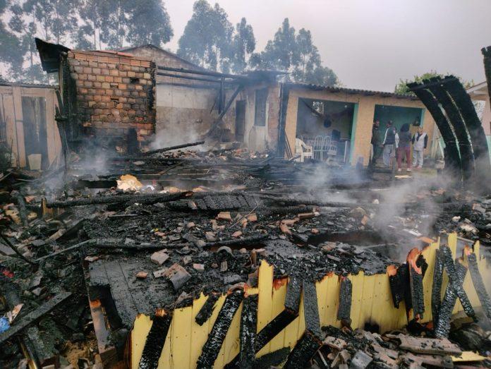 #Pracegover foto: na imagem há uma casa destruída por incêndio